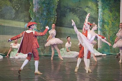 4人の男性と可憐に踊るオーロラ姫
