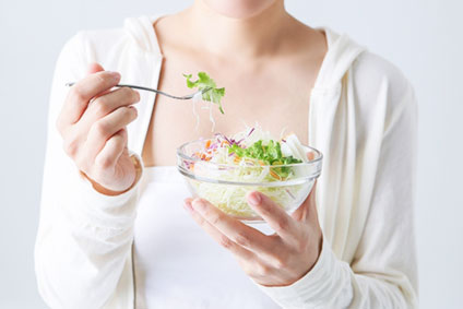 サラダを食べている女性