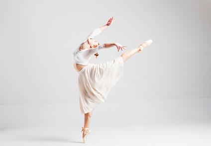 綺麗につま先を伸ばし踊っているバレリーナ