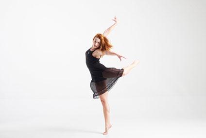 コンテンポラリーを踊る女性