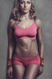 アブクラックスの腹筋をもつ、鍛え上げられた体を持つ女性