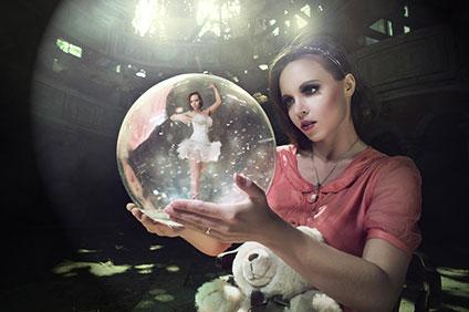 水晶玉に入ったバレリーナを見つめる少女(ファンタジー)