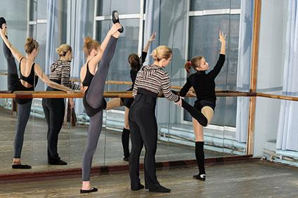 バレエのレッスン中、生徒を熱心に指導する先生