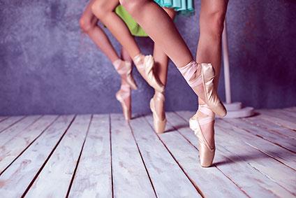 踊っているバレリーナたちの足元