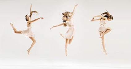 踊っている女性3ポーズ