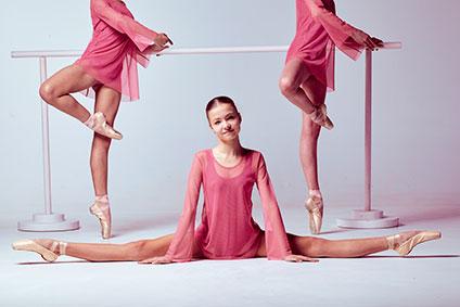 バレエレッスン中の少女