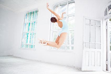 スタジオでジャンプするバレリーナ