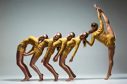 踊っているバレエダンサー5人