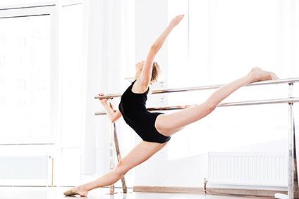 スタジオで踊っているバレリーナ