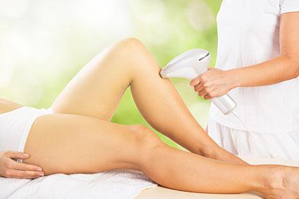 エステサロンで脱毛を受けている女性の脚