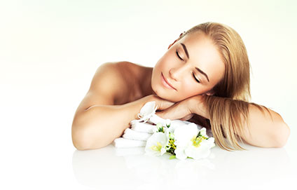 脱毛サロンの施術台に寝そべる女性