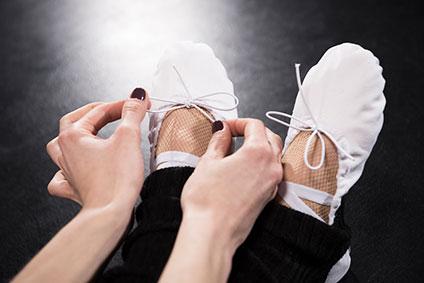 バレエシューズを履いている女性の足元