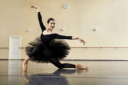 チュチュを着て踊っているバレリーナ