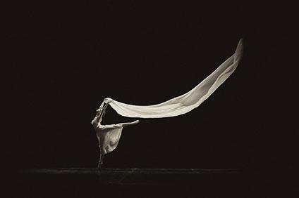 布を持って踊っているバレリーナ