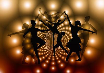 バレエを踊っている女性たちのシルエット