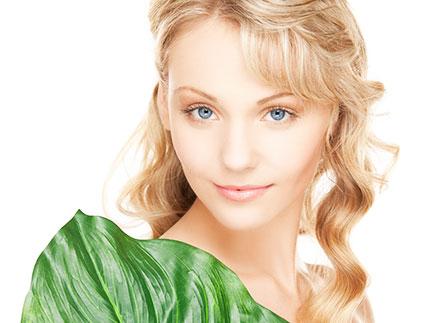 緑の葉と美女