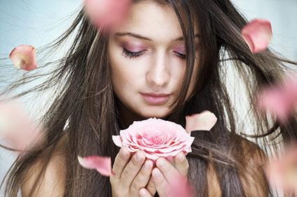 花をもつ女性