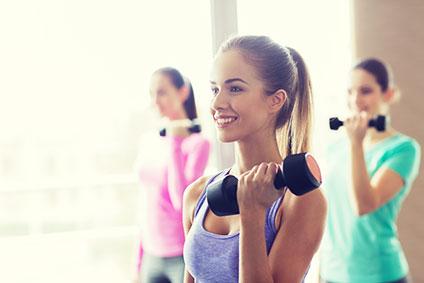 ダンベルを持って運動している女性