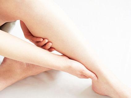 浮腫んでいる女性の脚
