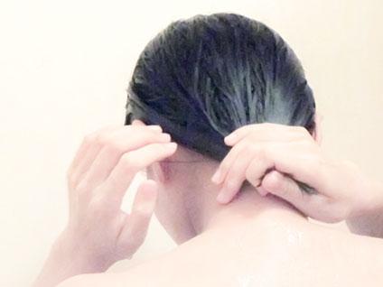 髪を洗っている女性の後ろ姿