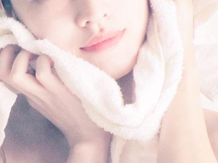 洗顔後、タオルで顔をふく女性
