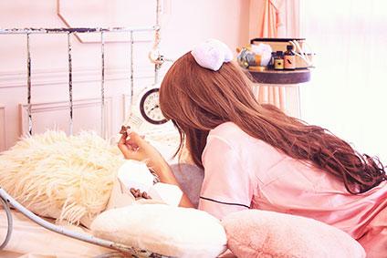 ベッドに寝転がる女性