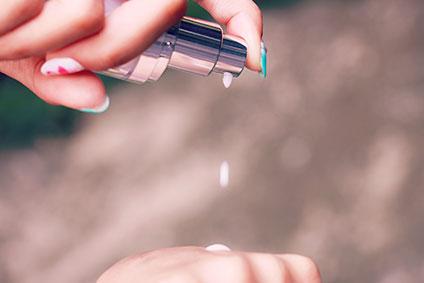 美容液を手に取る女性